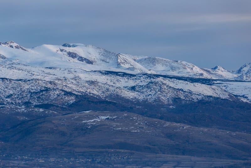 Härlig bergkontur från Spanien i vinter, nära den lilla byfjällängen royaltyfri fotografi