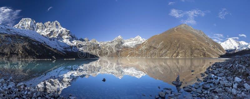 Härlig bergsikt med reflexion i Gokyo sjön, Himalayas arkivbilder