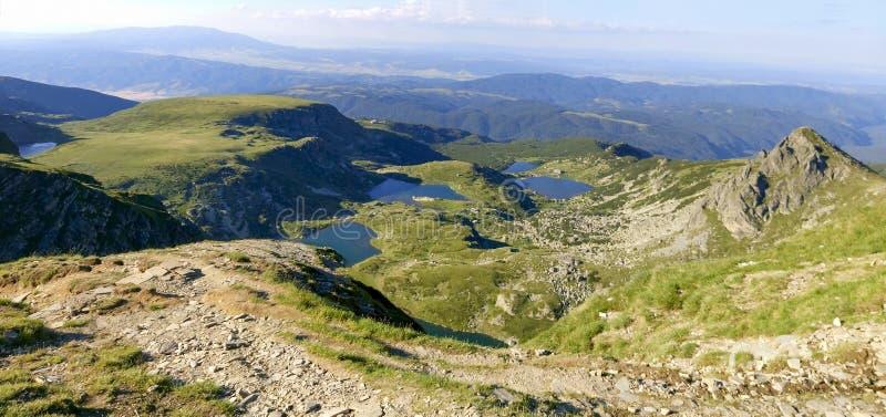 Härlig bergsjöpanorama av den Rila nationalparken arkivbild