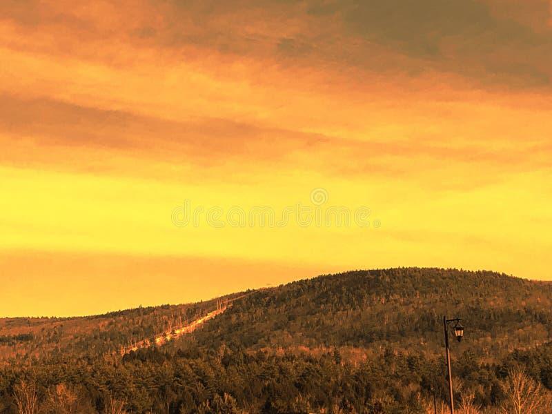 härlig bergsolnedgång arkivbild