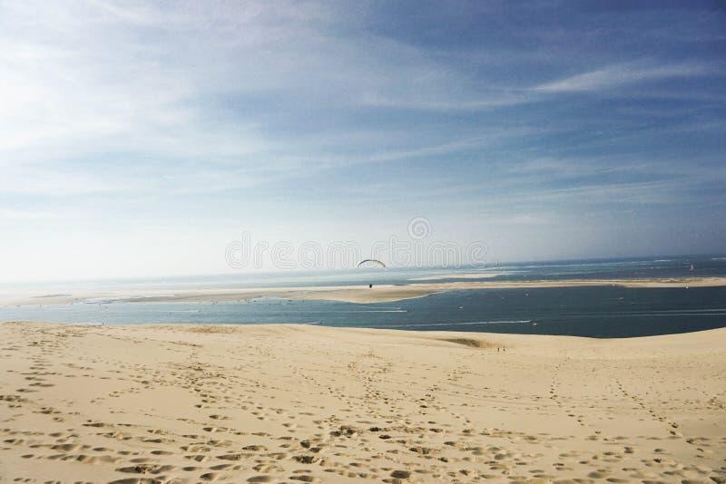 Härlig bild av den högsta sanddunen av Europa med en sunse royaltyfri fotografi