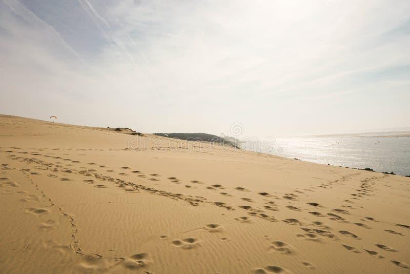 Härlig bild av den högsta sanddunen av Europa med en sunse royaltyfria foton