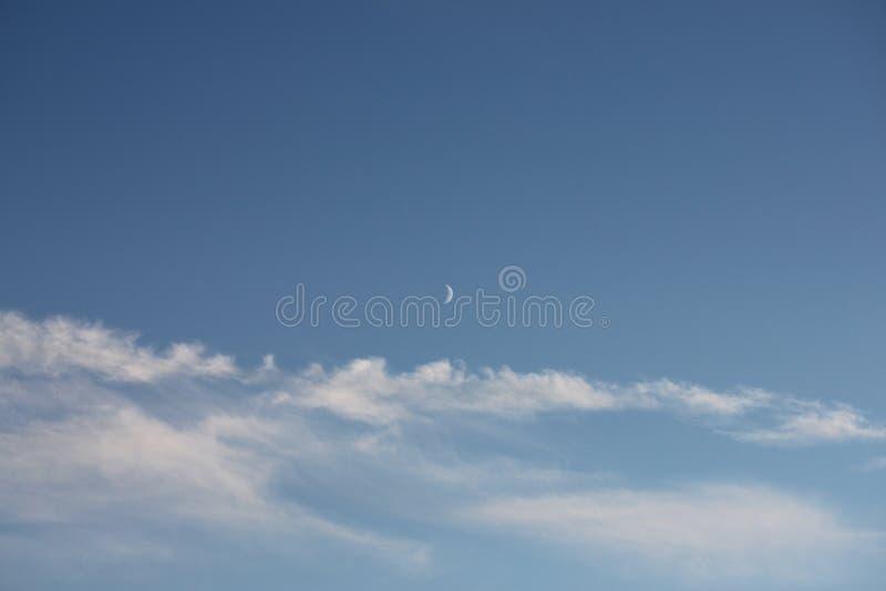 Härlig blå himmel med månen och det fluffiga vita molnet arkivfoton