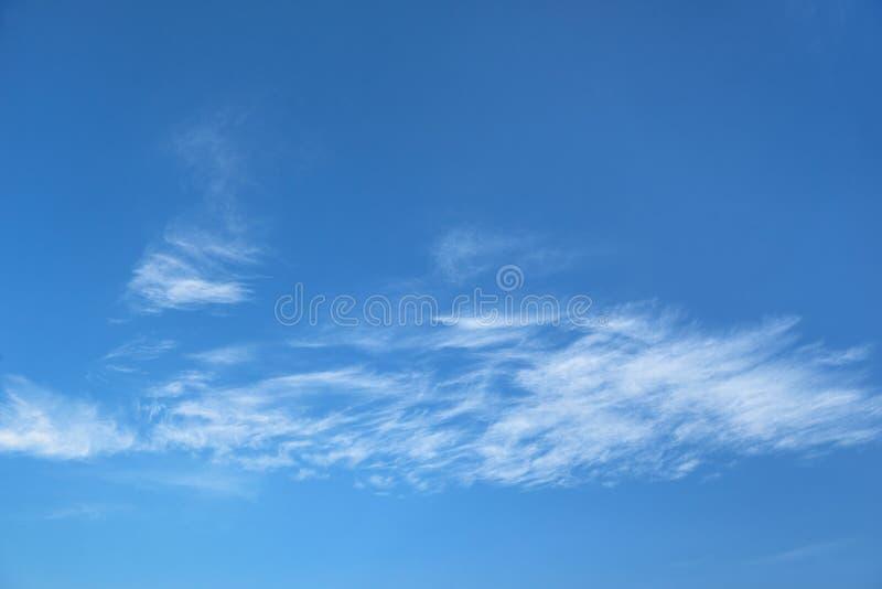 Härlig blå himmel med mjuka vita moln, abstrakt bakgrund arkivbild