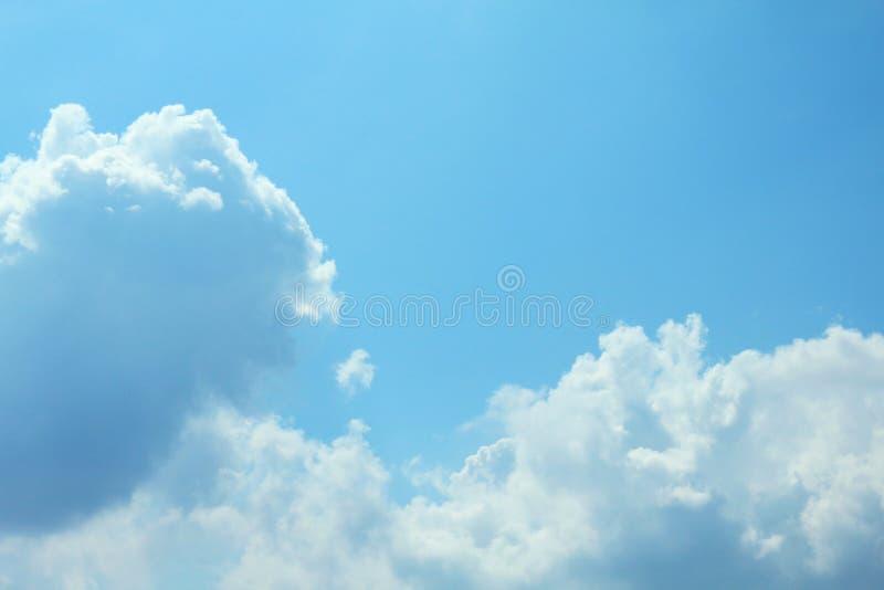 Härlig blå himmel med molnbakgrund och ljus belysning som är klara på sommar arkivbild