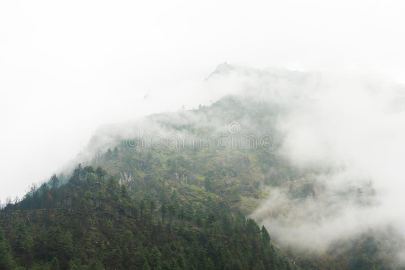 Härlig blå himmel med sikten av aboven för bergområde och dimma royaltyfria foton
