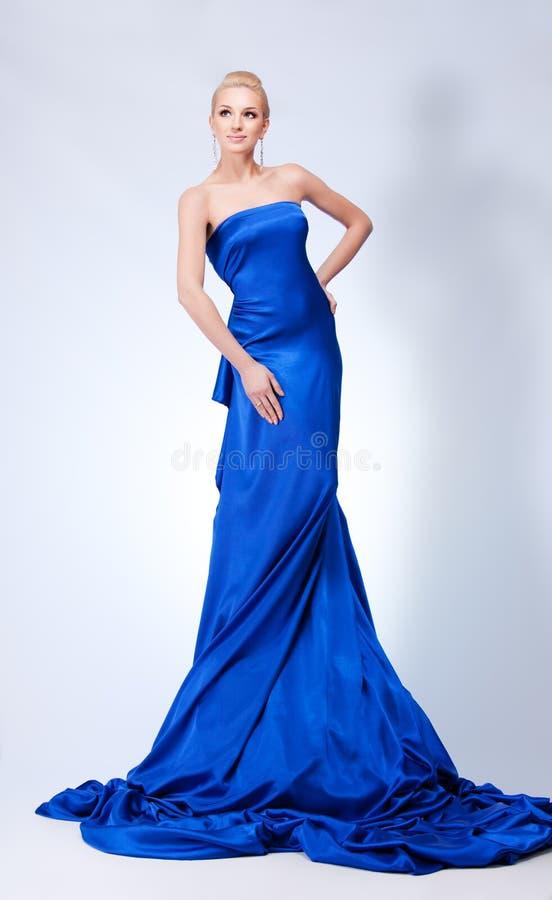 härlig blå kvinna arkivfoto