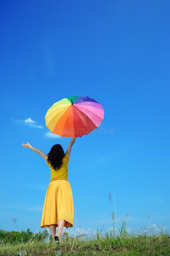 härlig blå kvinna för holdingskyparaply arkivbilder