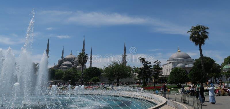 Härlig blå moské - sultan-Ahmet-Camii som sett från springbrunnen i parkera, i Istanbul, Turkiet arkivfoton