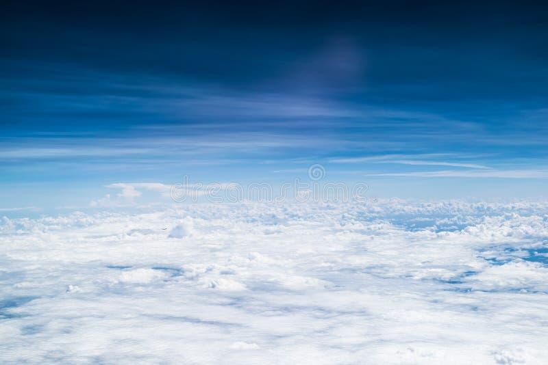 härlig blå sky arkivbild