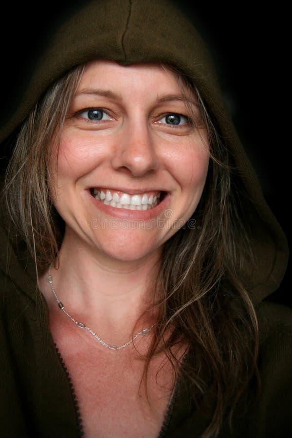 härlig blå synad leendekvinna arkivbild
