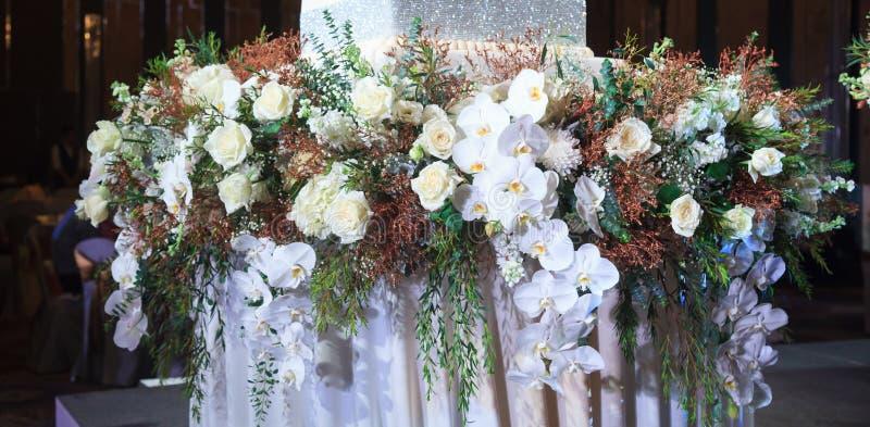Härlig blom- ordnande etapp med nya naturliga blommor som dekoreras i bröllopmottagande Garnering för bröllopceremoni, royaltyfria foton