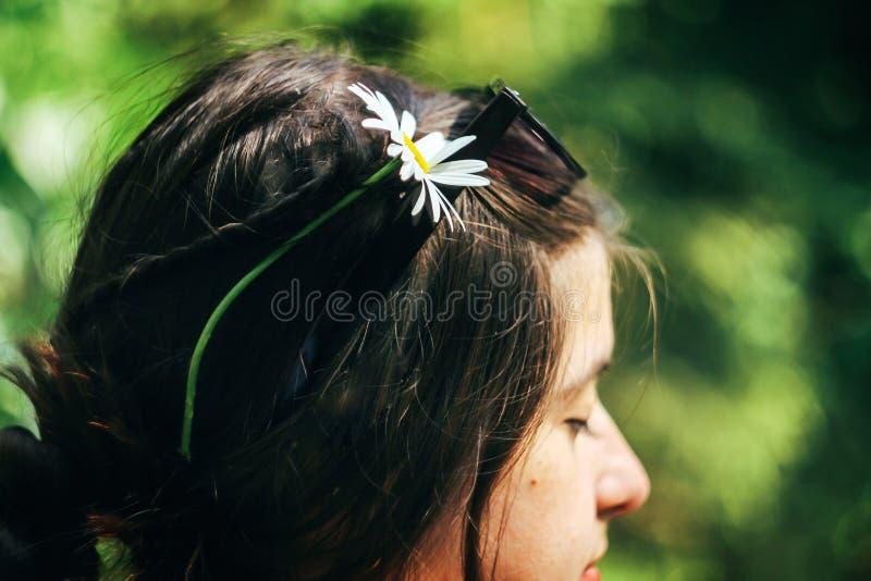 Härlig blomma i flätade trådar för kvinna som tycker om lopp i sommarträn royaltyfri bild
