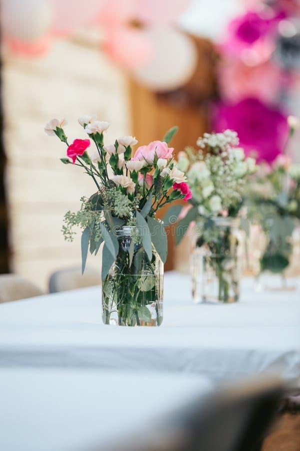 Härlig blommabouquete på den glass kruset Utomhus- beröm royaltyfri fotografi