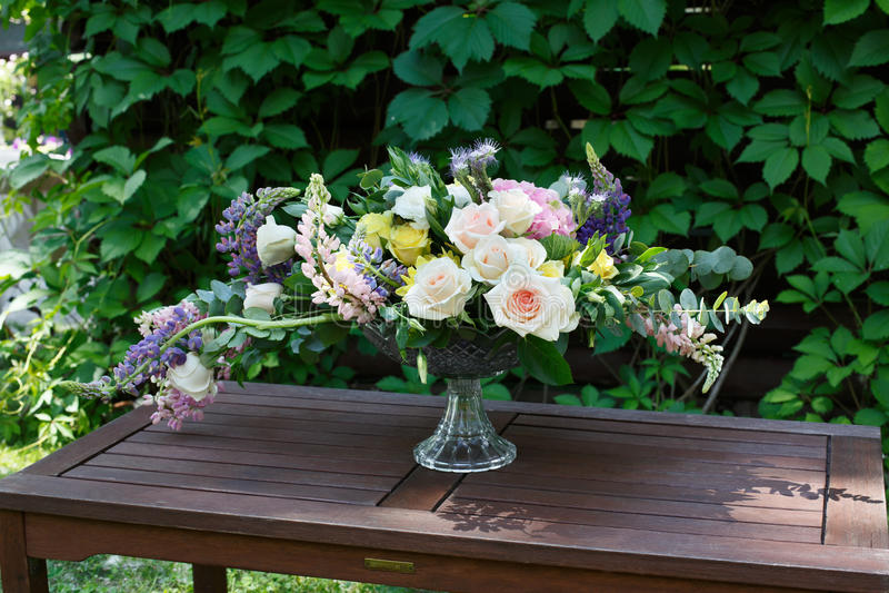 Härlig blommabukett utomhus Gifta sig floristic garnering royaltyfria foton