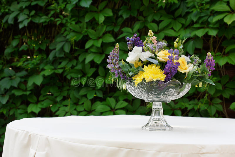 Härlig blommabukett utomhus Gifta sig floristic garnering på den vita tabellen royaltyfria foton