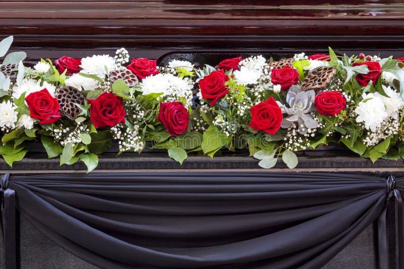 Härlig blommagarnering av kistan Begravning avskedceremoni arkivfoton
