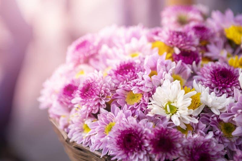 Härlig blommakorg för Closeup över suddig bakgrund med det varma ljusa filtret för tappning, royaltyfri foto