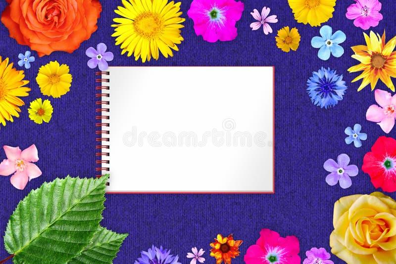 Härlig blommaram med förskriftsboken i mitt på blå woolen torkdukebakgrund Blom- sammansättning av vår- eller sommarblommor arkivfoto
