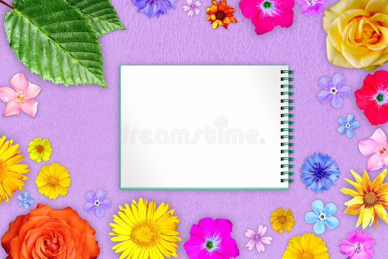 Härlig blommaram med förskriftsboken i mitt på purpurfärgad hård läderbakgrund Blom- sammansättning av vår- eller sommarblommor arkivbilder