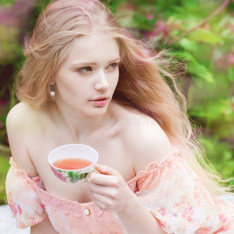 härlig blomningtreekvinna Skönhetung flicka i trädgård royaltyfri foto