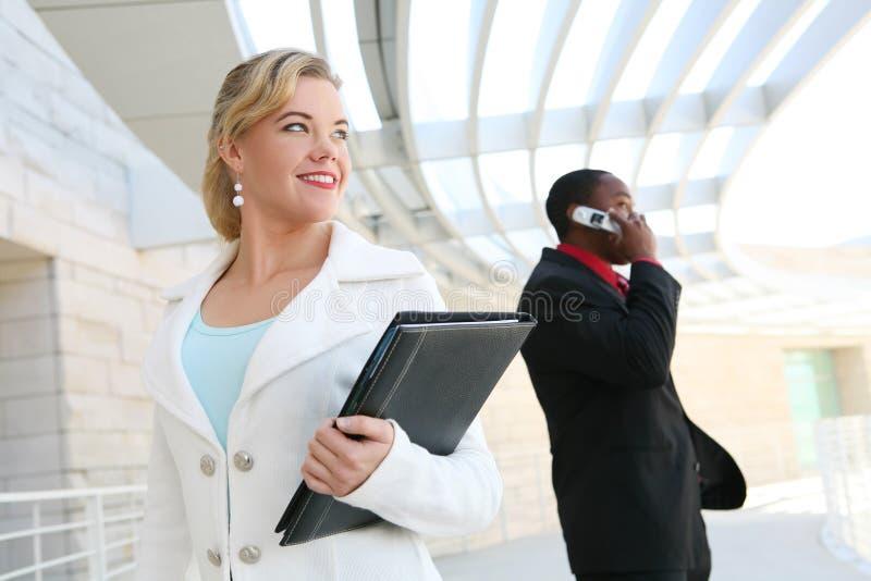 härlig blond affärskvinna royaltyfri fotografi