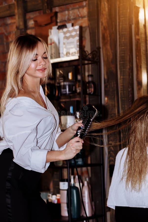 Härlig blond attraktiv kvinna på frisören fotografering för bildbyråer
