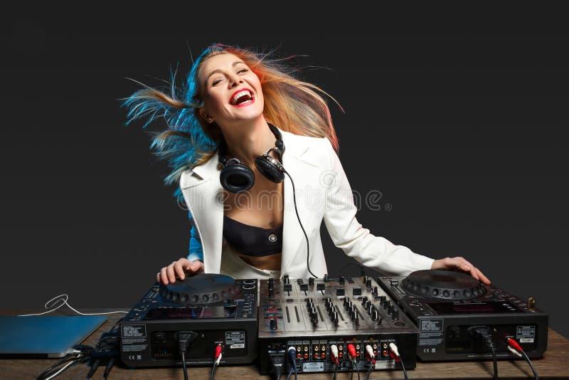 Härlig blond discjockeyflicka på däck - partiet arkivfoto