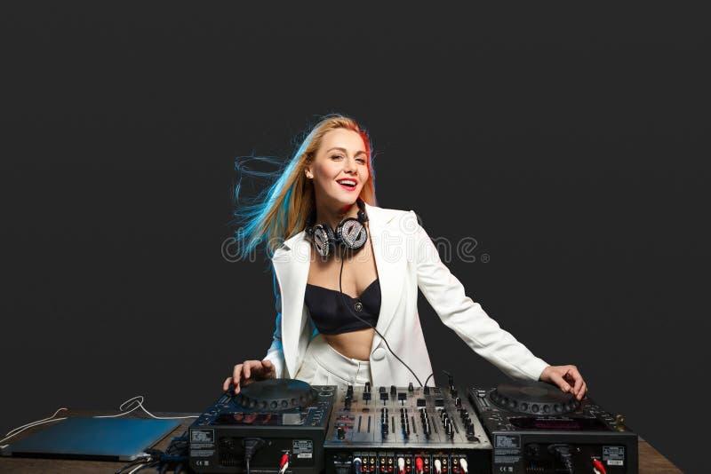 Härlig blond discjockeyflicka på däck - partiet fotografering för bildbyråer