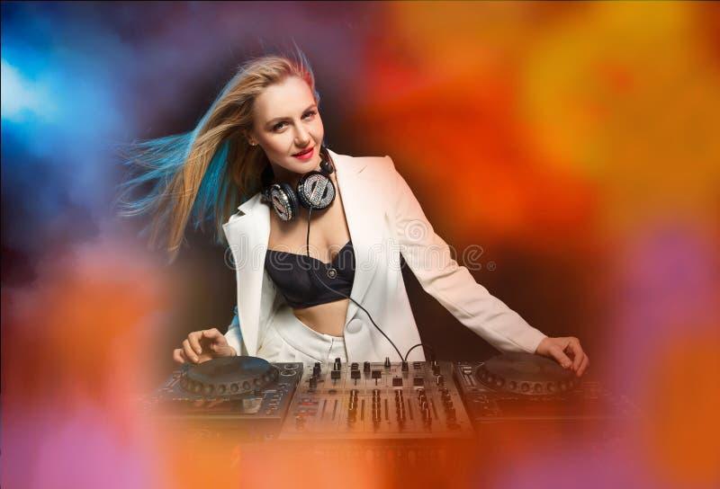 Härlig blond discjockeyflicka på däck - partiet, royaltyfri fotografi