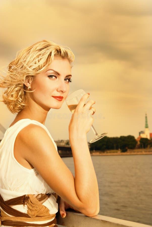 härlig blond flicka royaltyfria foton