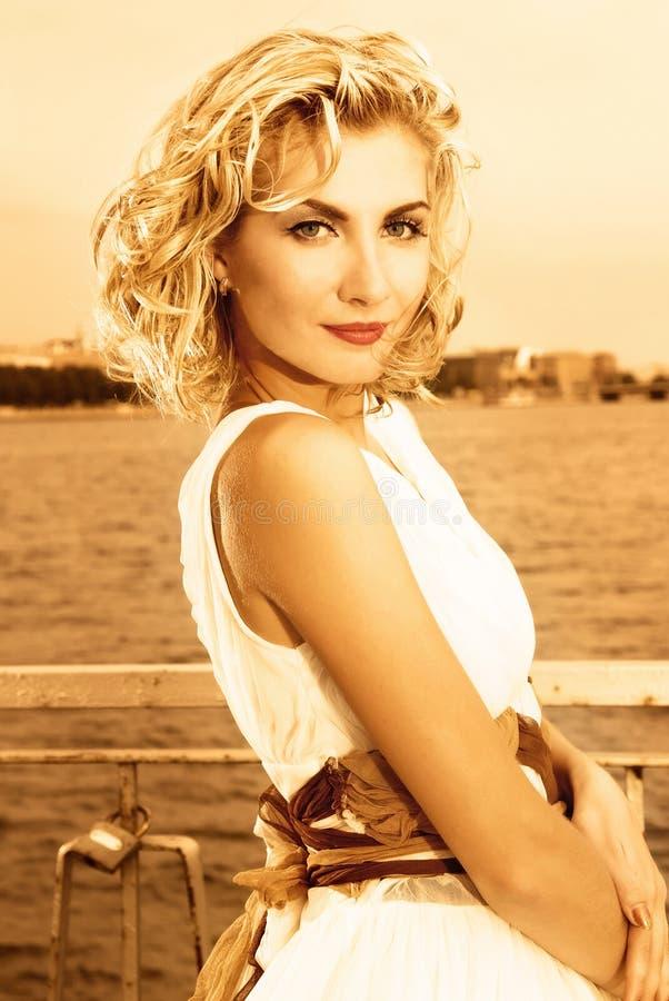 härlig blond flicka arkivfoto
