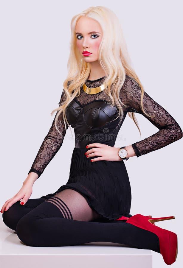 Härlig blond flicka i aftonstilen royaltyfria foton