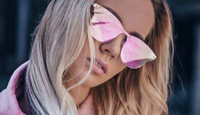 Härlig blond flicka i utomhus- rosa sunglassses arkivfoton