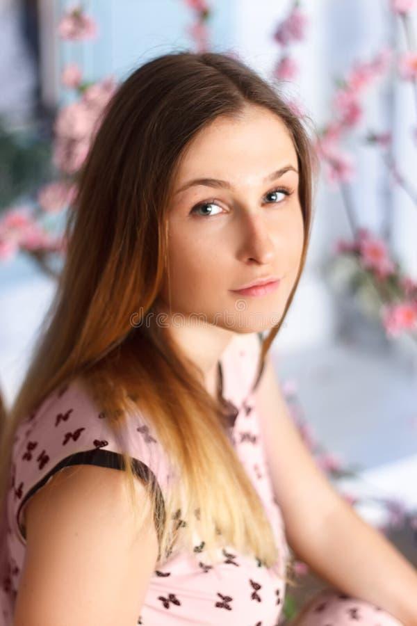 Härlig blond flicka i vårkörsbärträdgård royaltyfri fotografi