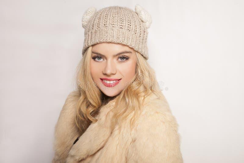 Härlig blond flicka i vintermode royaltyfria foton