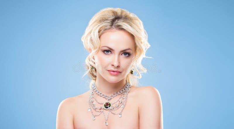 Härlig blond flicka med lyxiga guld- smycken Kvinna som bär guld- smycken med kristaller royaltyfria bilder