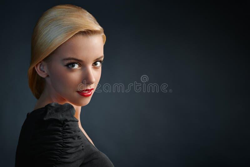 Härlig blond flicka med röda kanter arkivfoto
