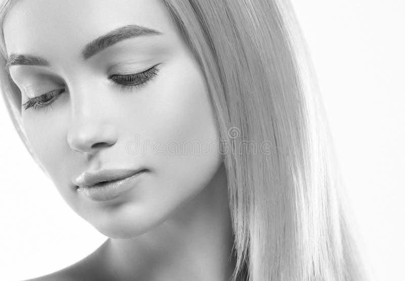 Härlig blond flicka med sund hud som isoleras på vit arkivfoto