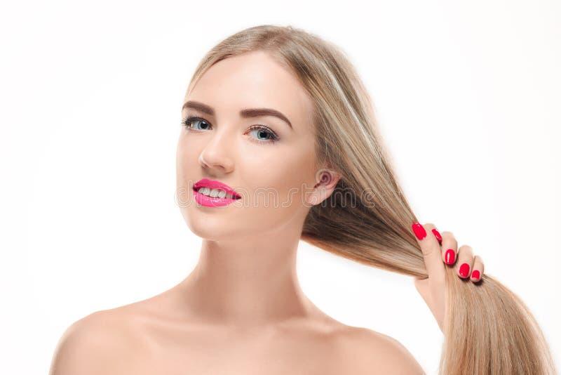härlig blond flicka Sunt långt hår arkivfoto