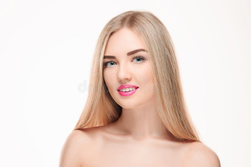 härlig blond flicka Sunt långt hår royaltyfri foto
