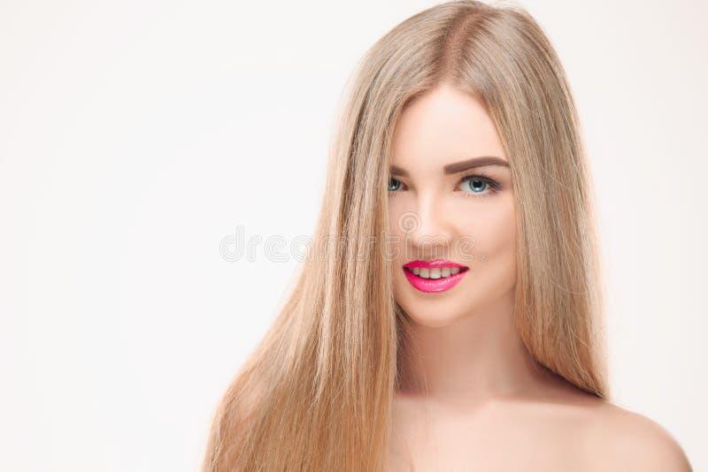 härlig blond flicka Sunt långt hår fotografering för bildbyråer