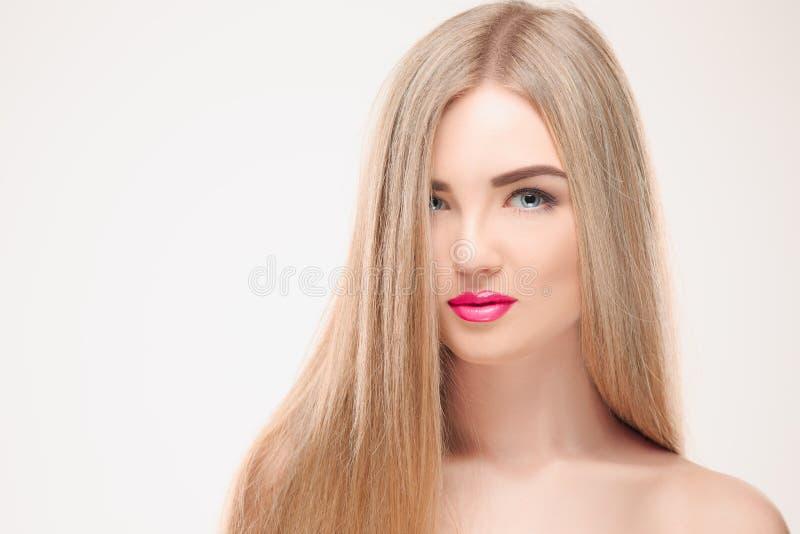 härlig blond flicka Sunt långt hår arkivbild