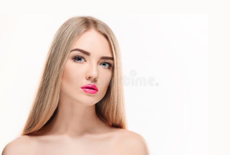 härlig blond flicka Sunt långt hår royaltyfria foton
