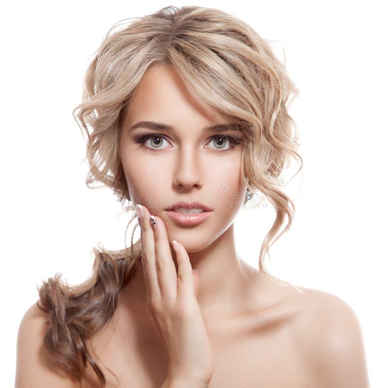 Härlig blond flicka. Sunt långt lockigt hår. royaltyfri foto