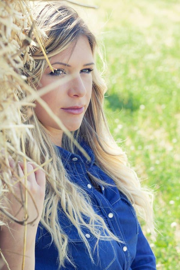 Härlig blond flickakvinna för naturlig ren stående arkivfoto