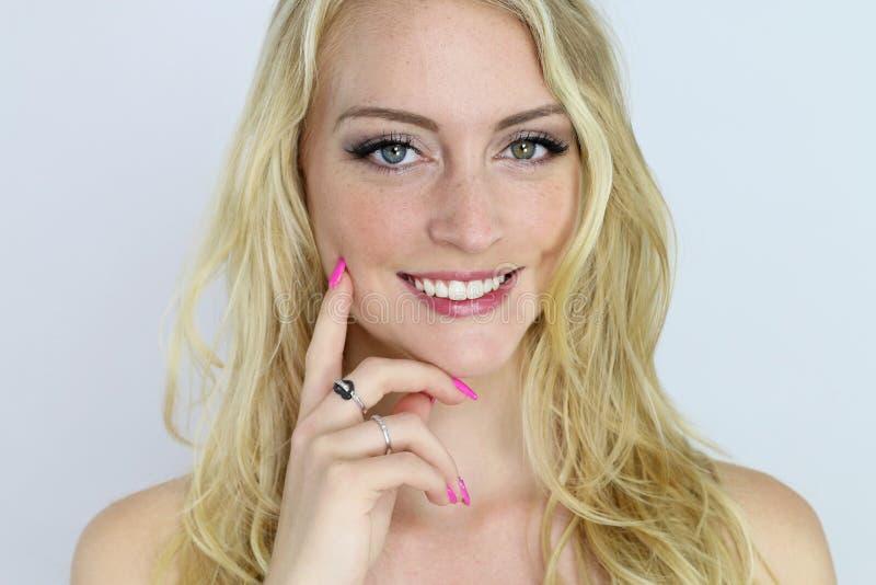 härlig blond flickastående arkivbild
