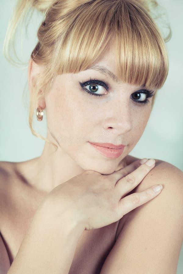 härlig blond flickastående royaltyfri foto