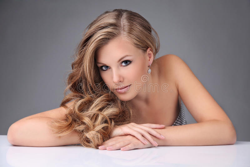 härlig blond hårmodell arkivfoto