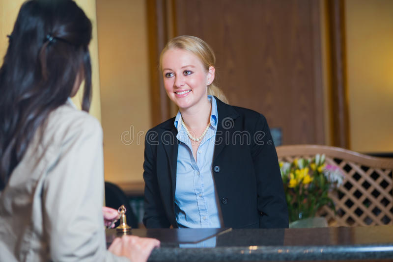 Härlig blond hotellreceptionist royaltyfria bilder